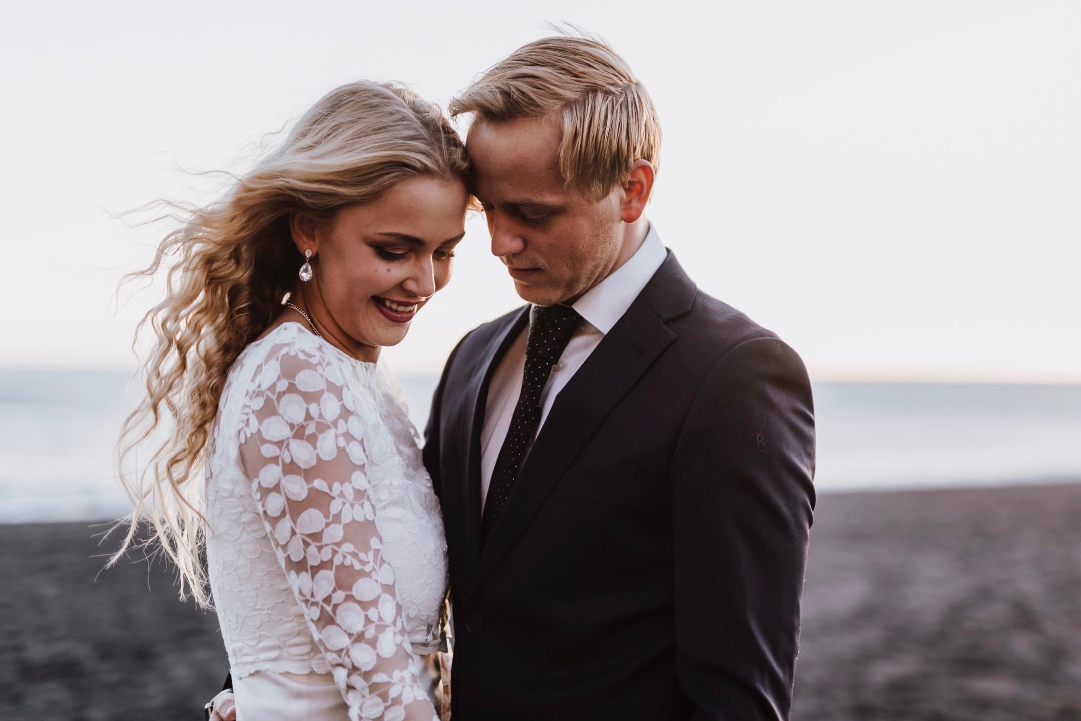 Schlichtes Brautkleid für die Strandhochzeit (Foto: Herzenszauber Fotografei)