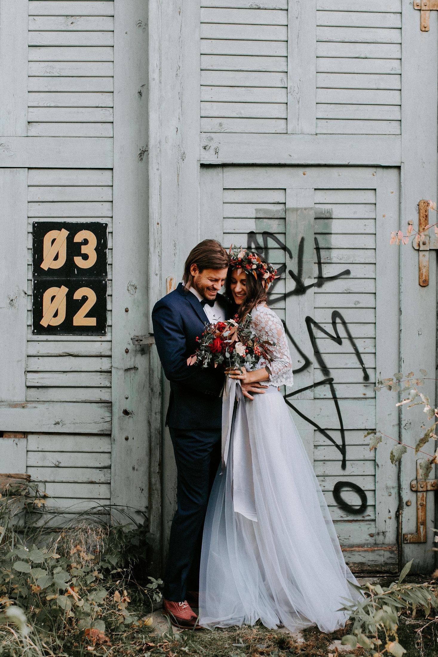Schlichtes Brautkleid, Hellblau, mit Tüll und Spitze (Foto: Bianca Marie Fotografie)