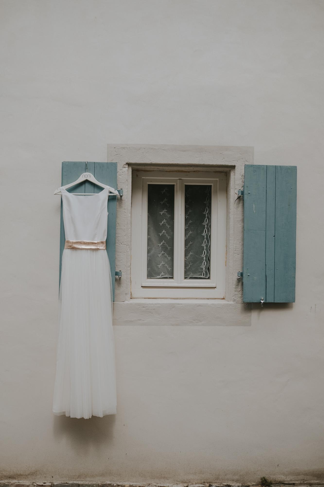 Schlichtes Brautkleid mit Gürtel in Roségold (Foto: Staphan Presser Photography)