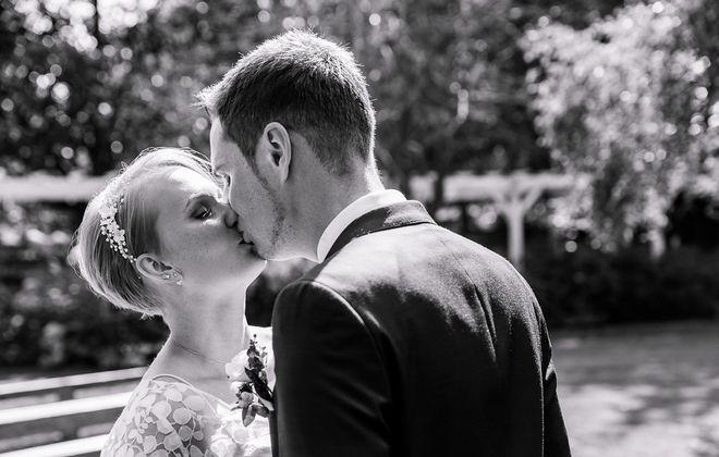 Schlichtes Brautkleid mit Spitzentop aus Botanik Spitze (Foto: Thomas Bocian Fotografie)