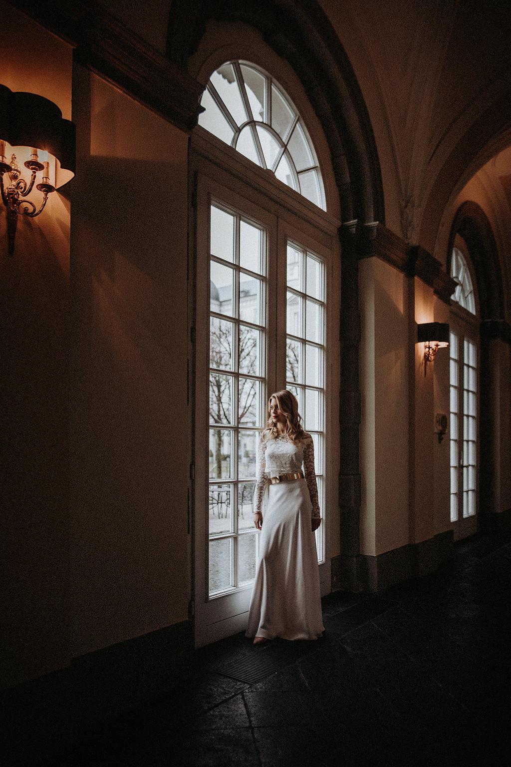 Blondes Brautmodell am Fenster