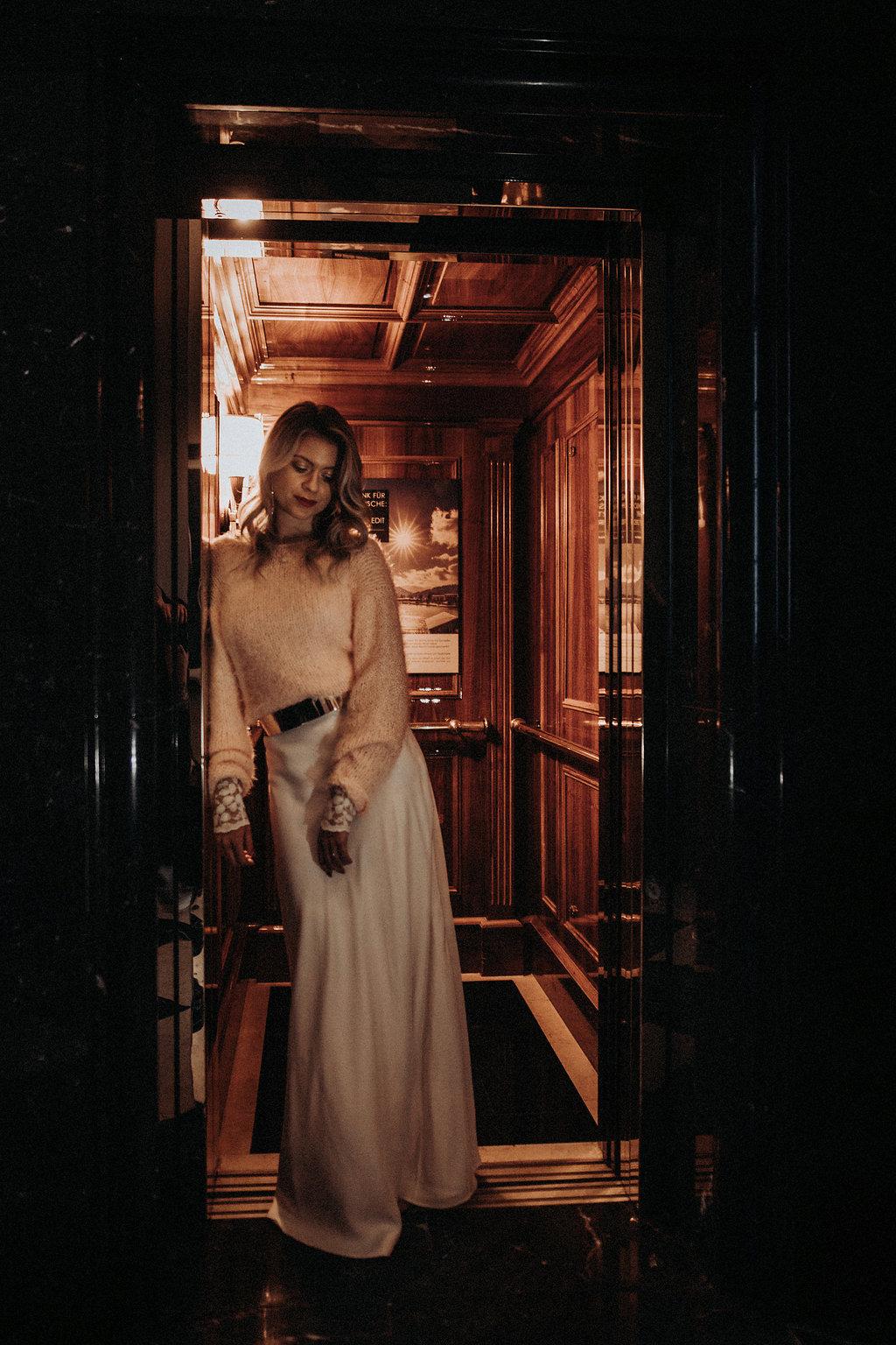 Brautmodel im Fahrstuhl