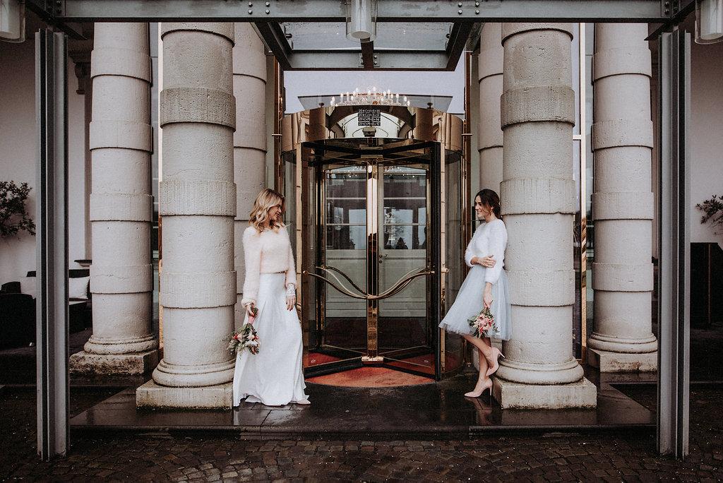 Brautmodels vor Glastür