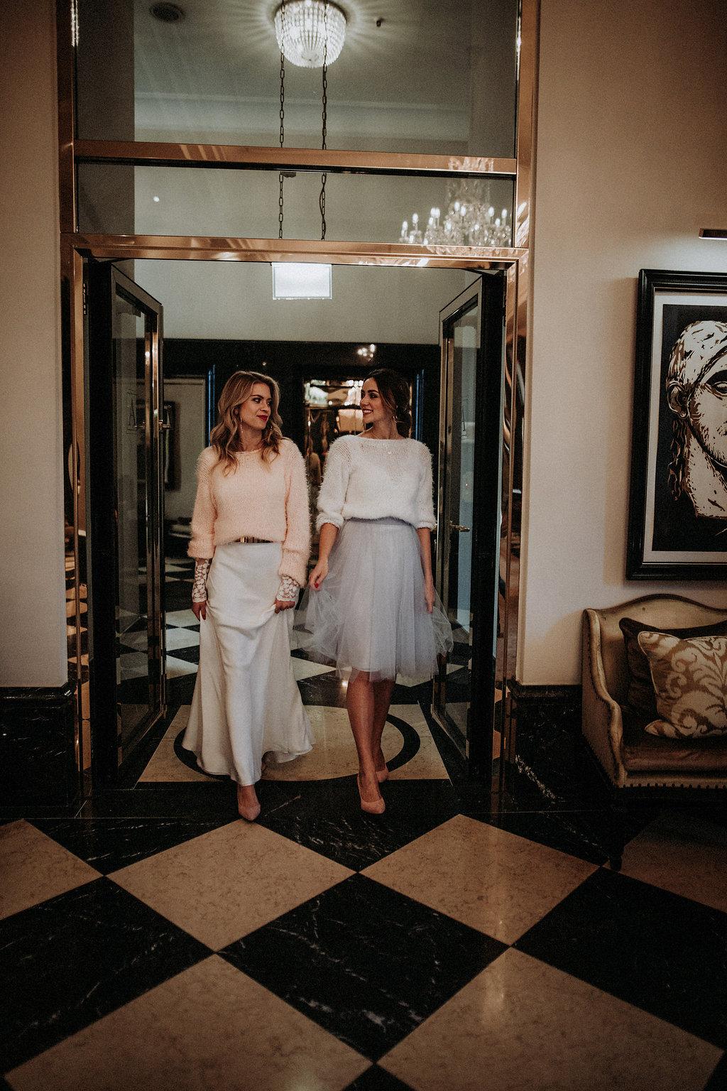 Brautmodels gehen durch Glastür