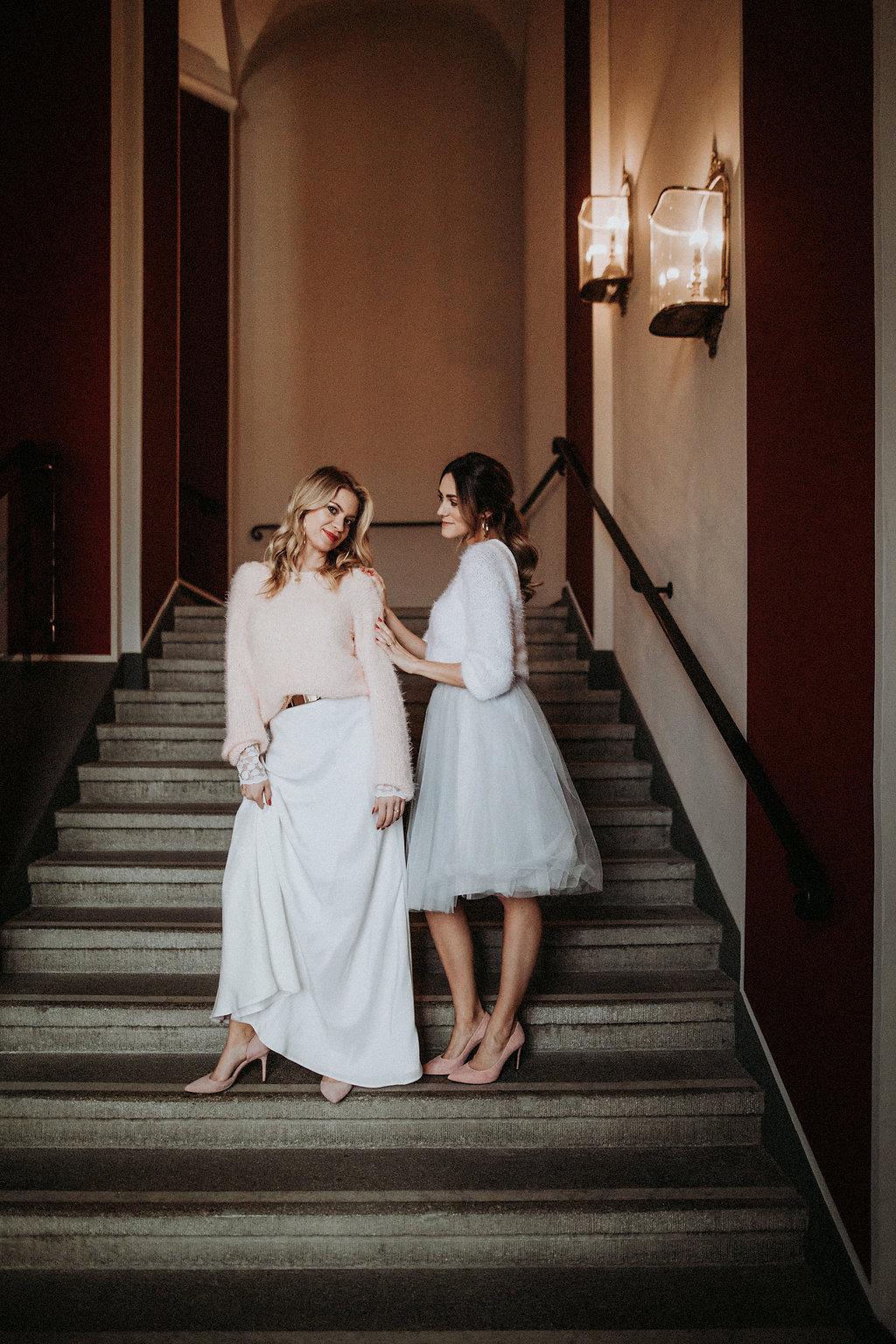 Brautmodels stehen auf Treppe
