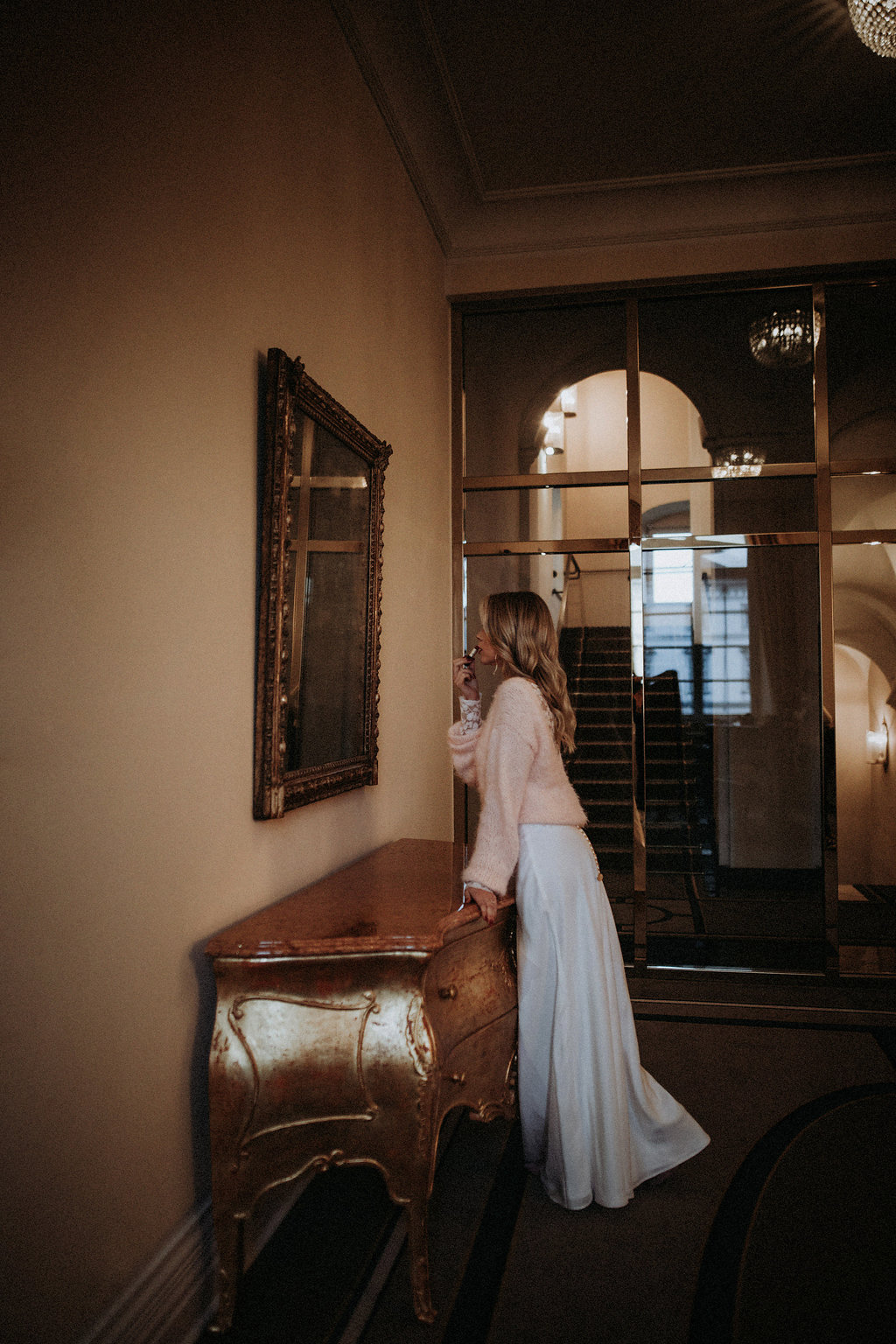 Braut schminkt sich