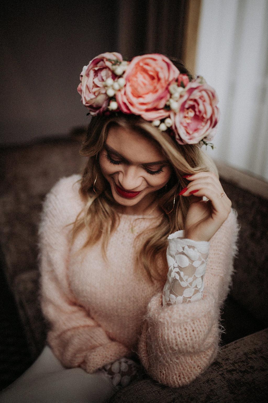 Model mit Pulli und Blumenkranz