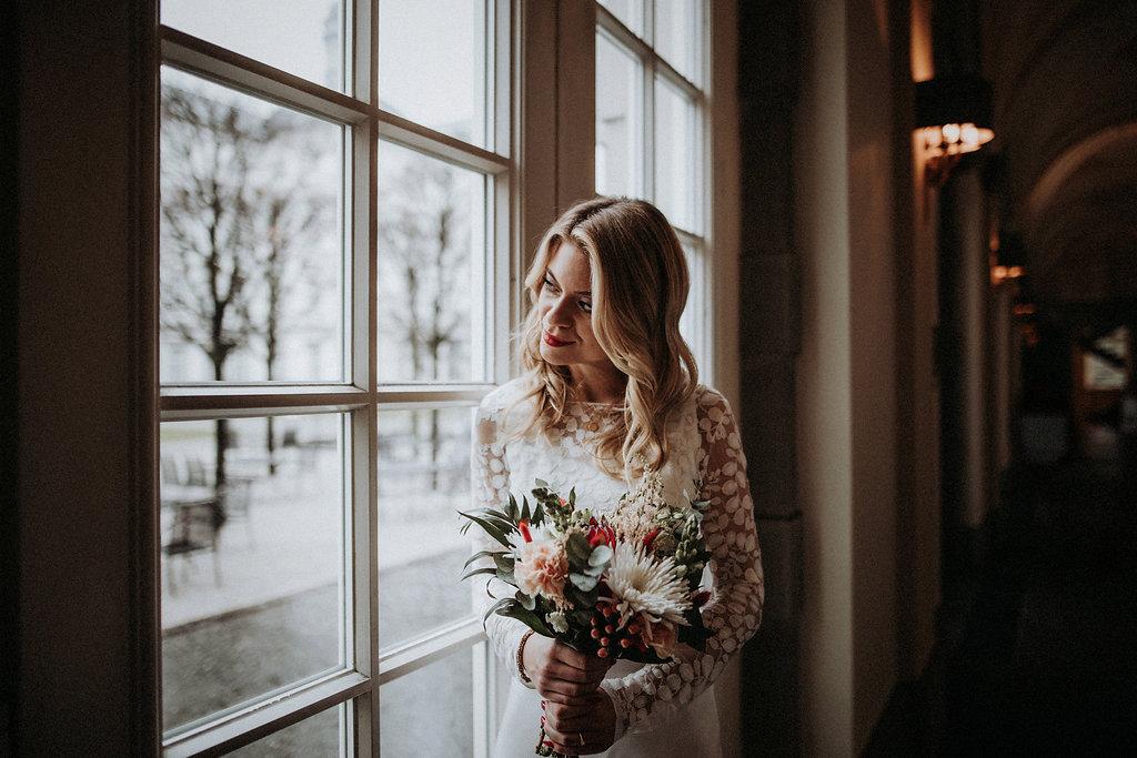 Brautmodel mit Blumenstrauß