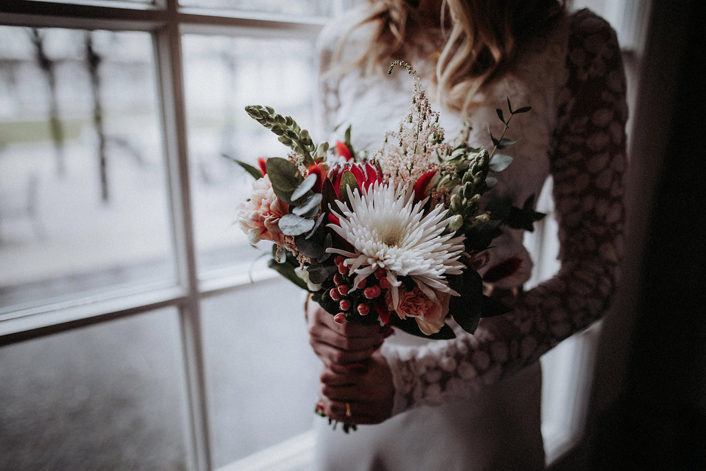 Brautmodell hält Blumenstrauß