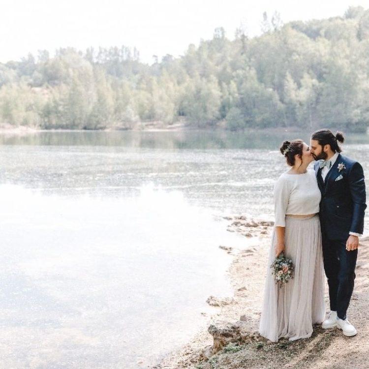 Schlichtes Brautkleid mit Tüllrock in Pastellviolet und Braut top mit 3/4 Ärmeln