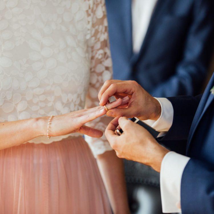 Schlichtes kurzes Brautkleid mit rosa Tüllrock