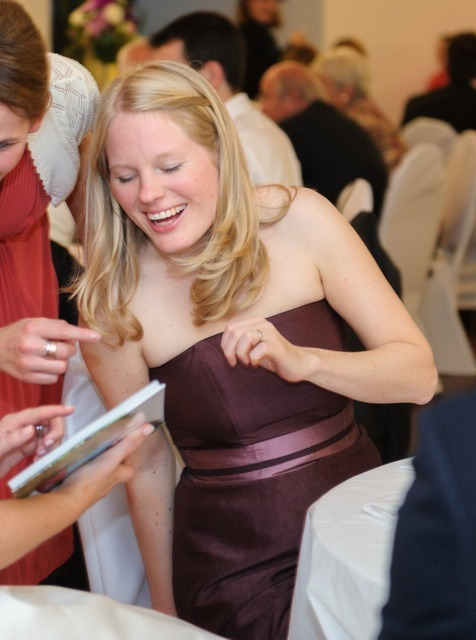 schlichtes Brautkleid, nach der Hochzeit in Bordeaux-Aubergine eingefärbt und es weiter als elegantes Kleid tragen zu können
