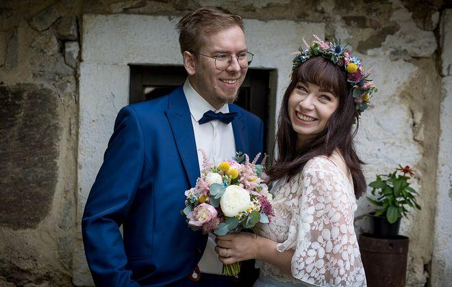 Transparentes Brauttop aus Botanikspitze mit Flügelärmeln und blauem Tüllrock