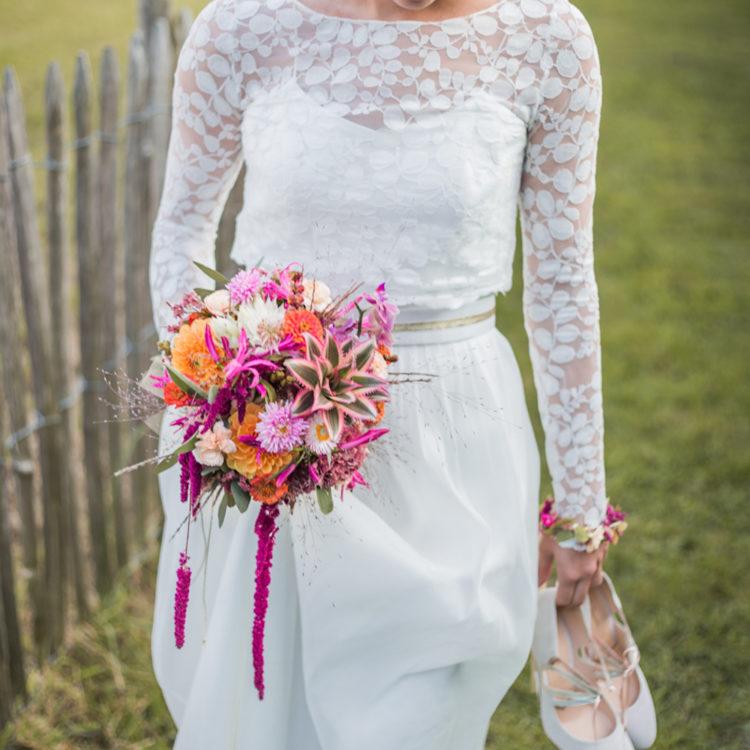 Tropisch bunte Hochzeit mit schlichtem Brautkleid