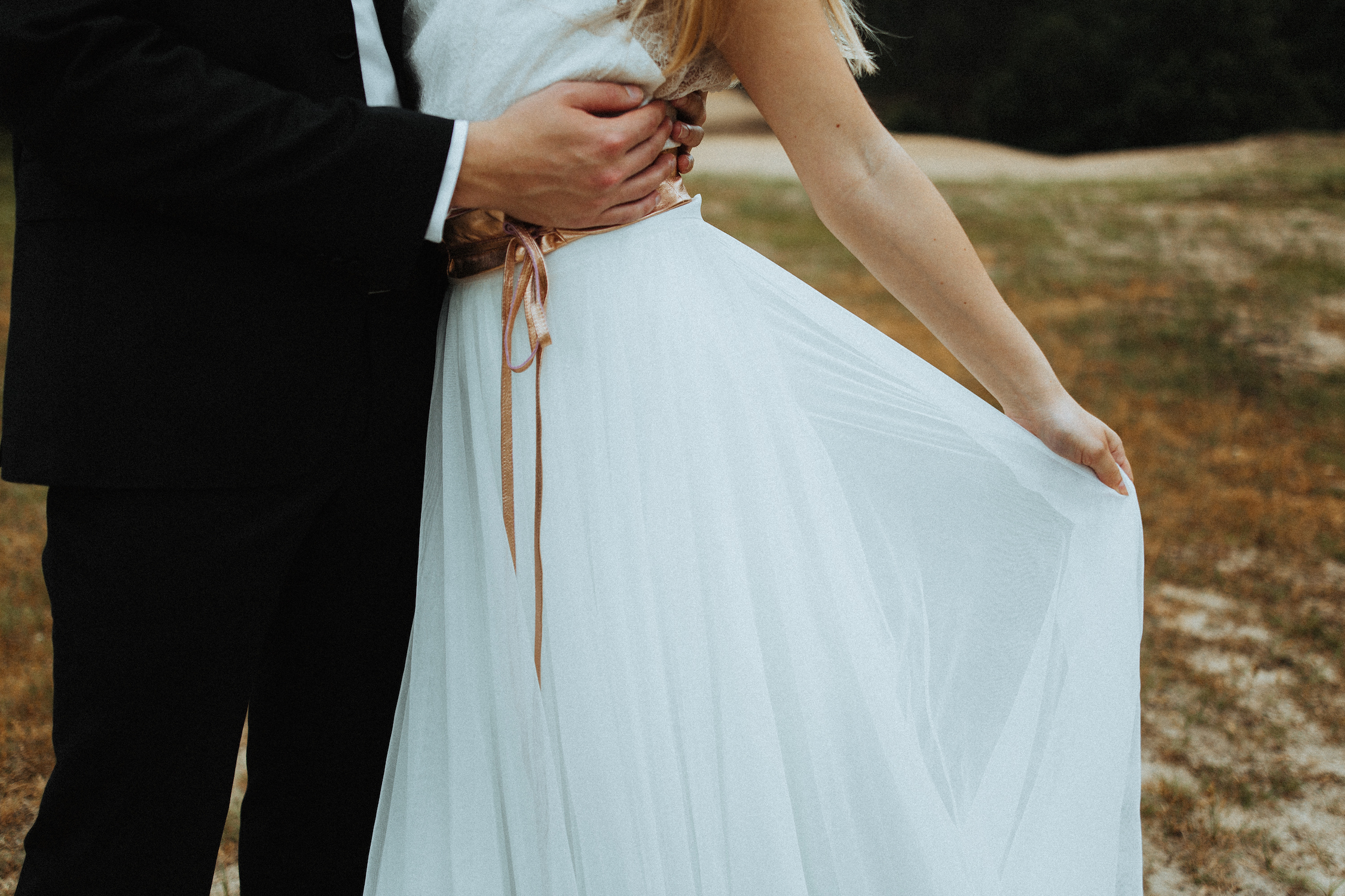 Vintage Brautkleid mit Spitze und rückenfrei (Foto: Slicpic Fotografie)
