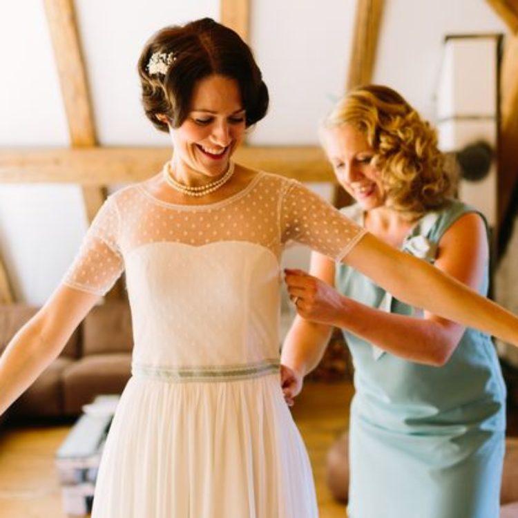 vintage Brautkleid, getting ready mit Brautjungfer