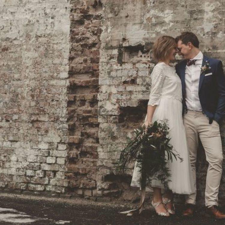 Wadenlanges Brautkleid mit Brautjacke aus Spitze