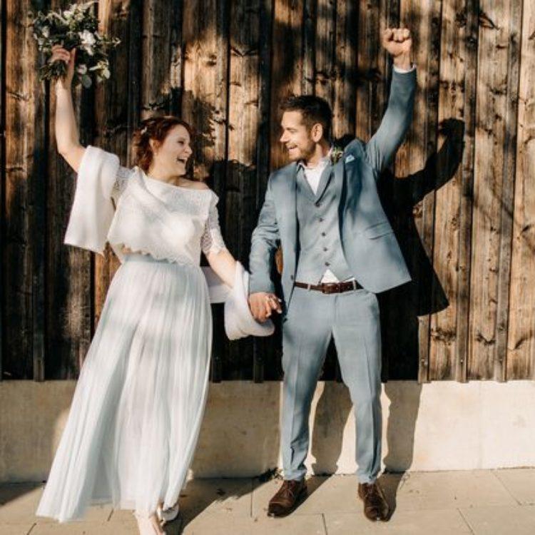 Zweiteiliges Brautkleid aus Spitzentop und Tüllrock in hellblau