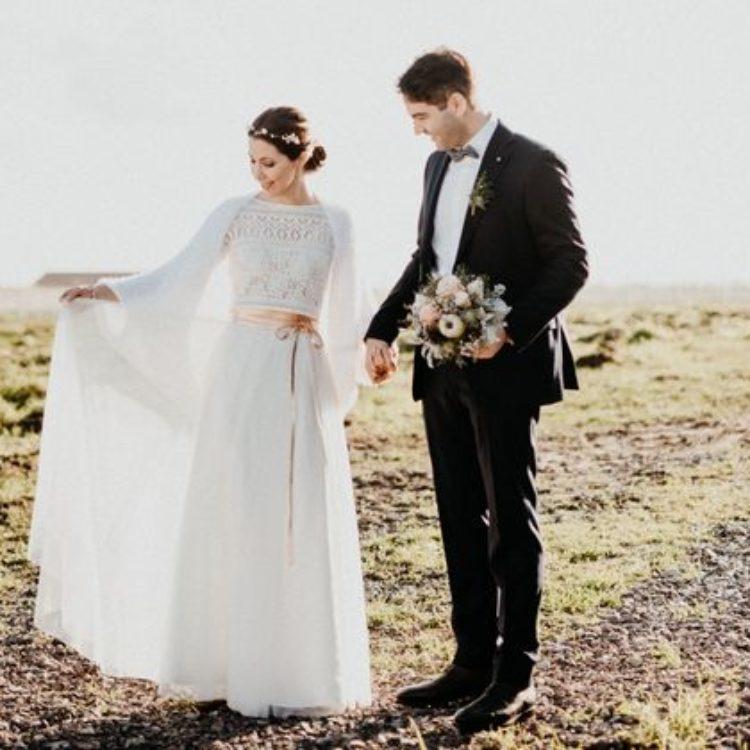 Zweiteiliges Brautkleid aus Tüllrock und Boho Spitzentop in Ivory