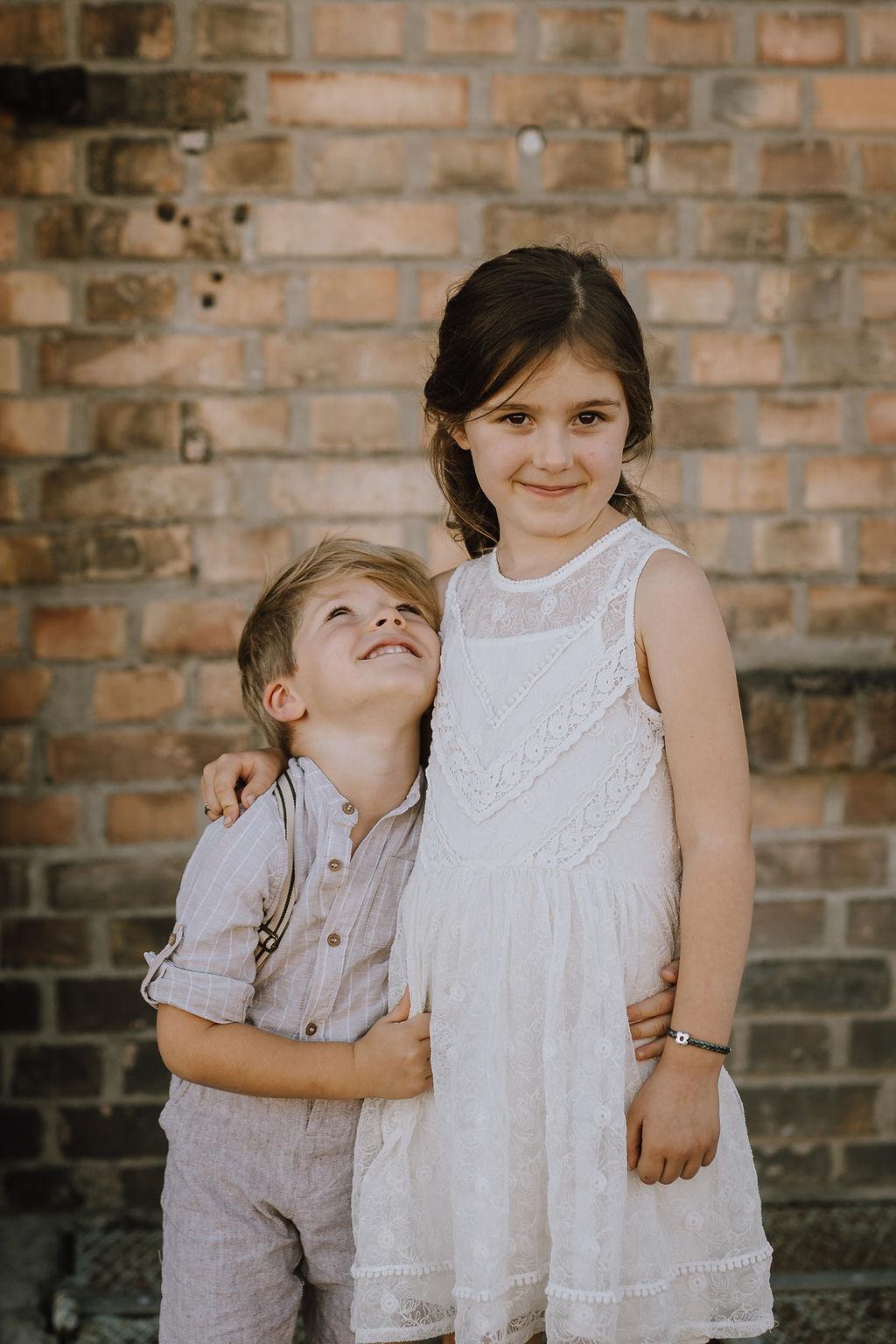 Styled Shoot, Kinder-Paar, Mädchen und Junge, umarmend