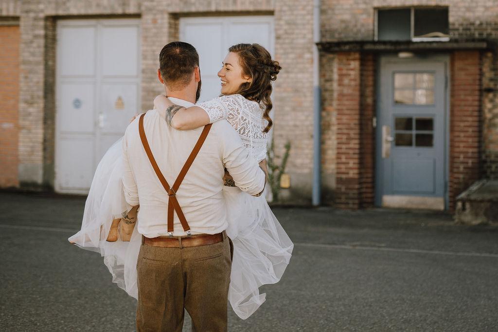 Styled Shoot, Boho-Brautpaar, Bräutigam Braut tragend