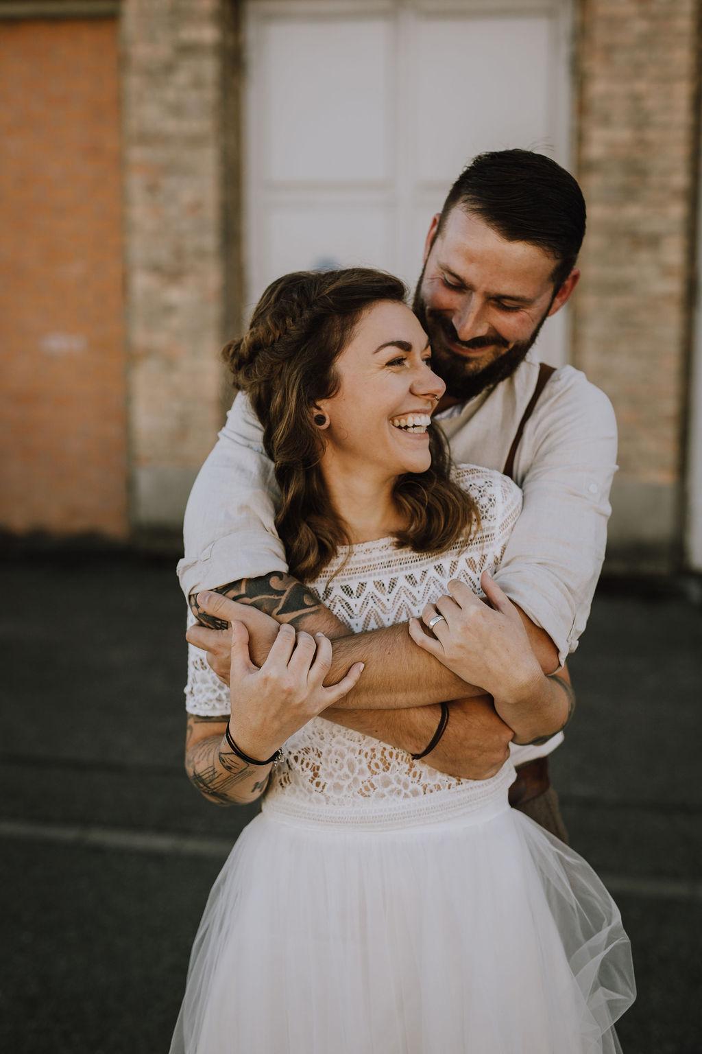 Styled Shoot, Boho-Braut mit Spitzentop und Bräutigam mit Hosenträgern