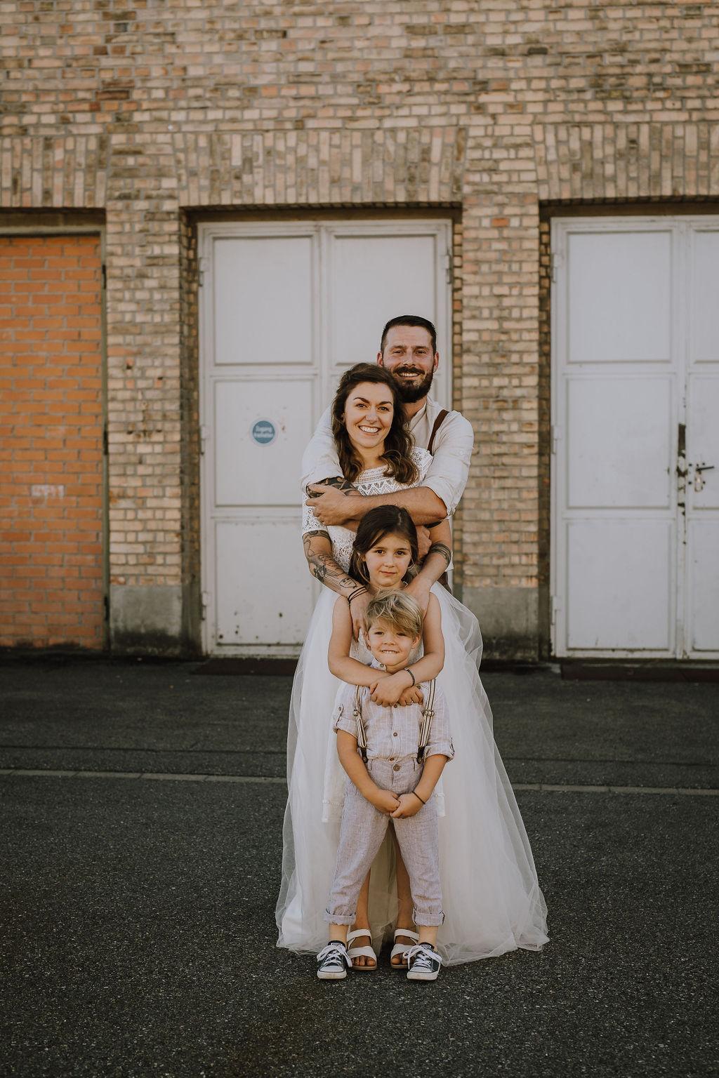 Styled Shoot Brautmode, Gruppenbild Familie, Braut, Bräutigam, Mutter, Vater, Sohn, Tochter