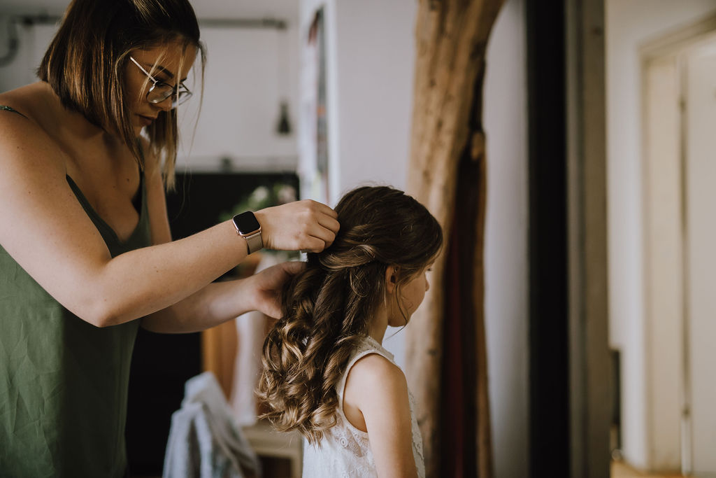 Styled Shoot Brautmode, Braut beim Haarstyling Getting Ready