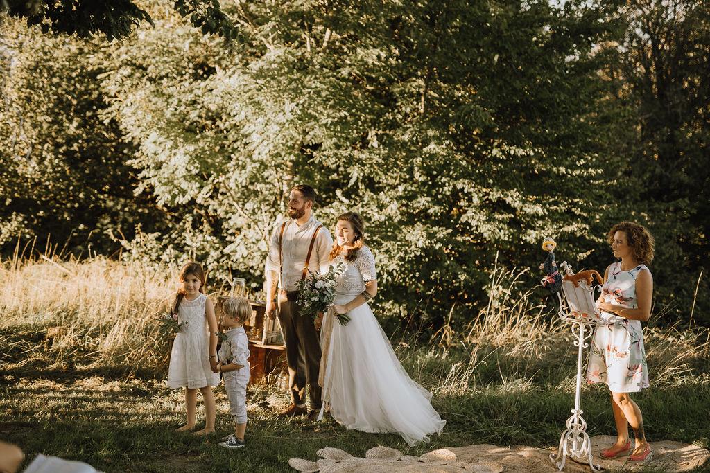 Styled Shoot Boho Hochzeit, vierköpfige Familie vor Bäumen auf Wiese