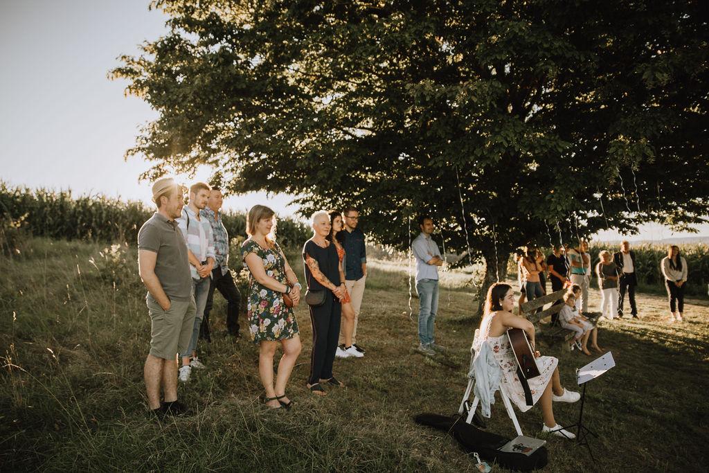 Styled Shoot Boho Hochzeit, freie Trauung auf Wiese, Hochzeitsgäste