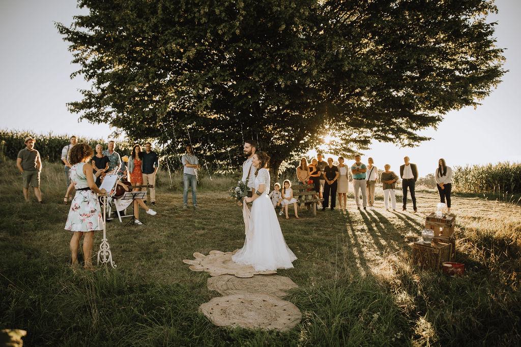 Styled Shoot Boho Hochzeit, freie Trauung auf Wiese, Hochzeitsgäste und Brautpaar