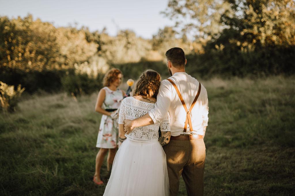 Styled Shoot Boho Hochzeit, freie Trauung auf Wiese, Hochzeitsrednerin und Brautpaar