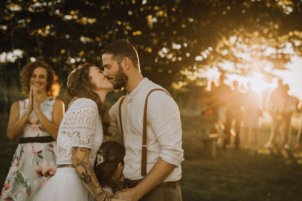Styled Shoot Boho Hochzeit, freie Trauung auf Wiese, Hochzeitskuss