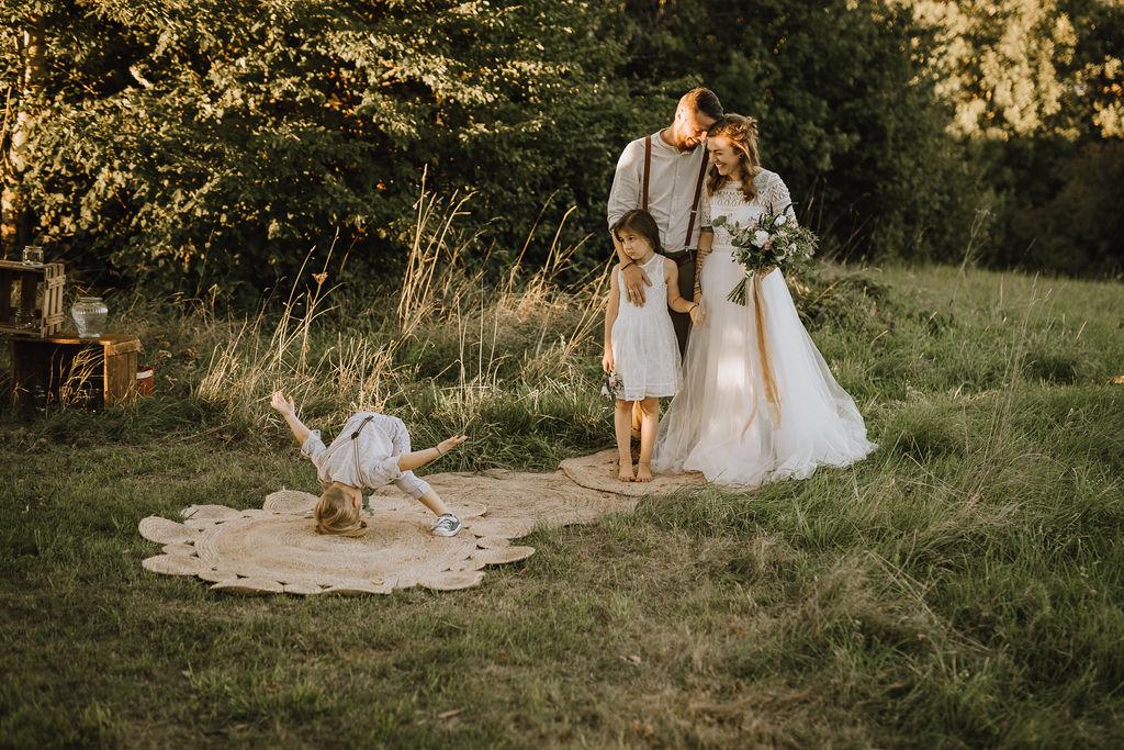 Styled Shoot Boho Hochzeit, freie Trauung auf Wiese, Brautpaar und Kinder