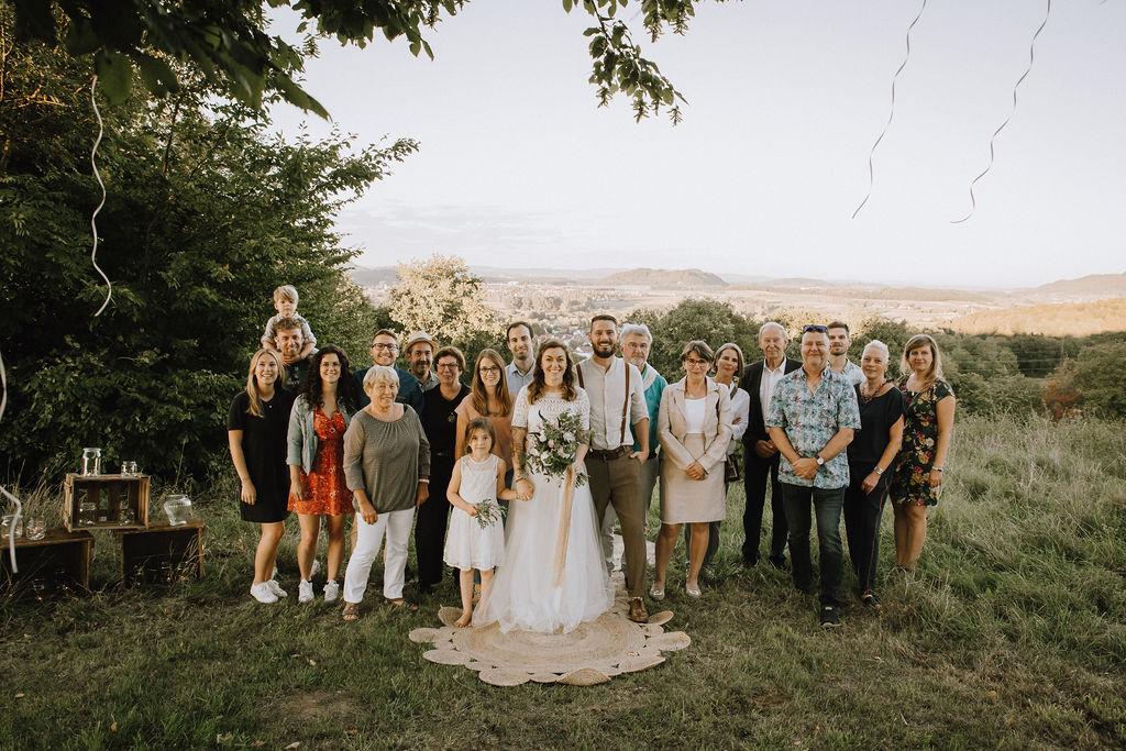 Styled Shoot Boho Hochzeit, freie Trauung auf Wiese, Hochzeitsgäste, Hochzeitsrednerin, Brautpaar und Kinder, Gruppenbild