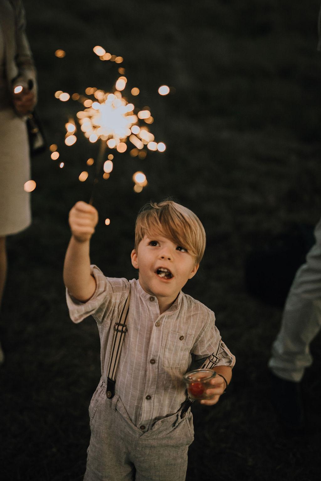 Styled Shoot Boho Hochzeit, Kind mit Wunderkerze