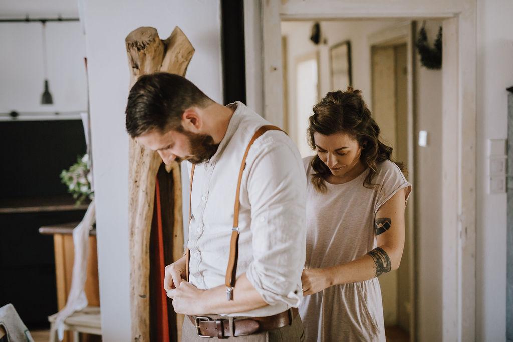 Styled Shoot Brautmode, Brautpaar beim Getting Ready