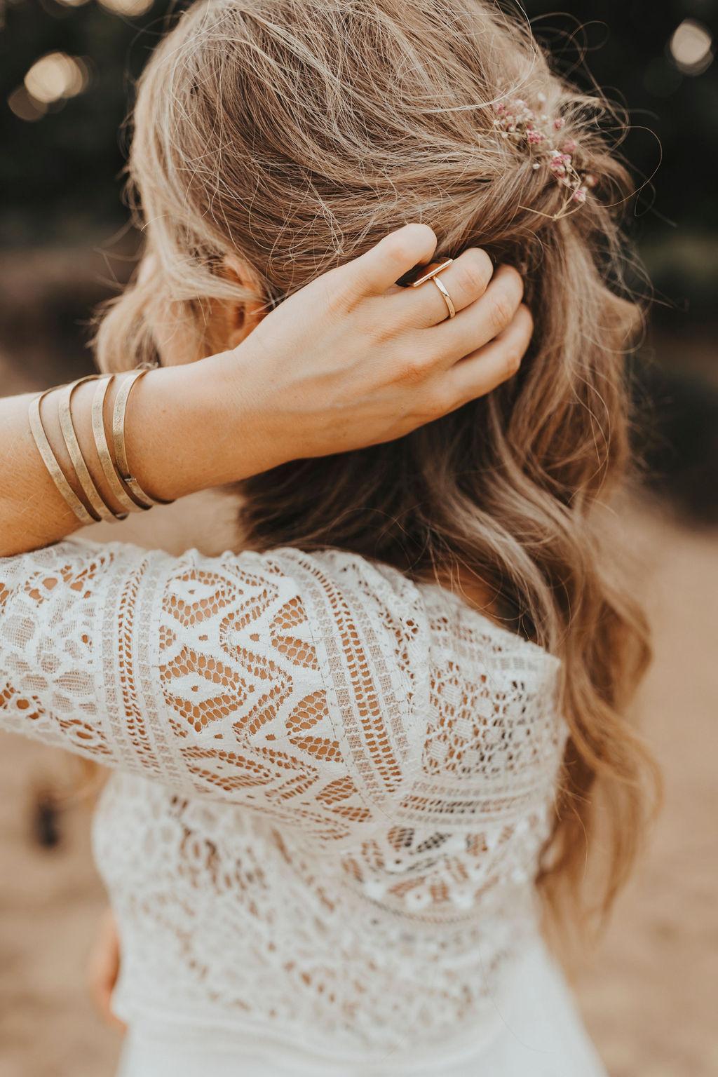 Styled Shoot Brautmode am Strand, Braut mit Kurzarm-Top aus Boho-Spitze, Detailansicht Rücken
