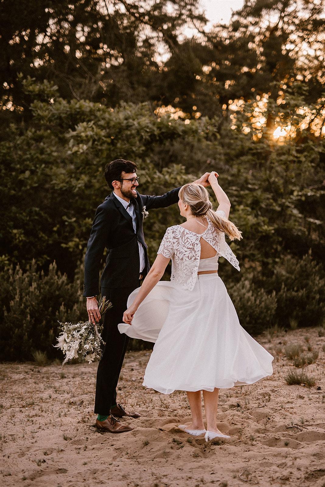 Brautpaar vor ländlicher Kulisse, tanzend