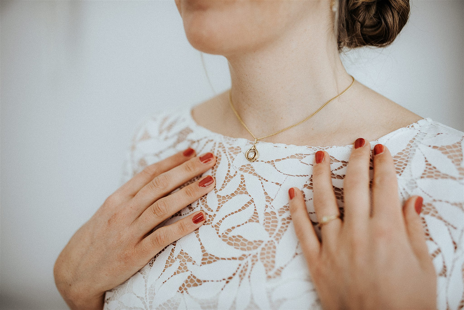 noni Brautmode, Detailansicht halb-transparentes Brauttop in Ivory mit Blättermuster und kurzer Halskette.