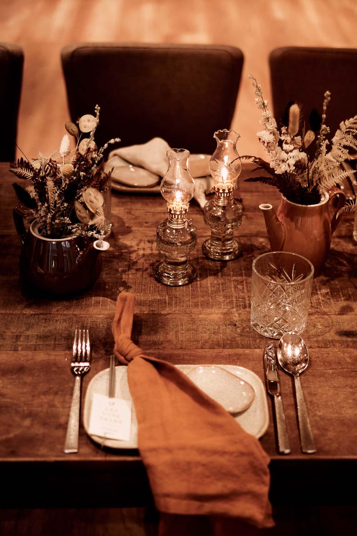 Deko für die Rustikale Hochzeit. Hochzeitstafel mit Gläsern und Geschirr.