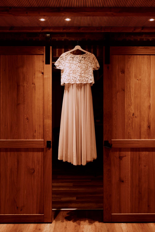Zweiteiliges Brautkleid am Schrank hängend. Spitzentop und Tüllrock.