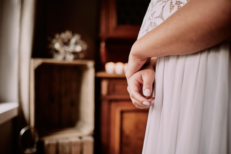 Die Braut bei Getting Ready in ihrem Zweiteiligen Brautkleid.