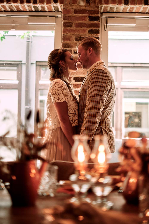 Brautpaar an der Hochzeitstafel.