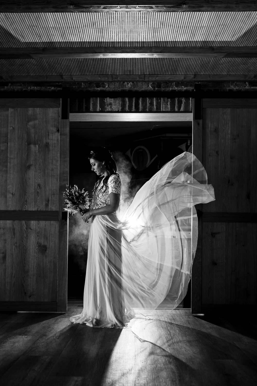 Braut mit fliegendem Tüllrock in schwarz weiß.