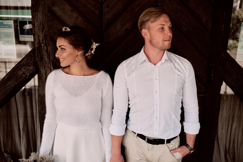 Brautpaar vor Holztor.