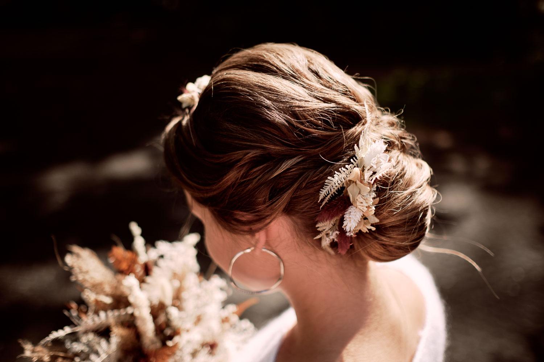 Braut mit Brautstrauß, schöner Brautfrisur und Blumen Haarschmuck.
