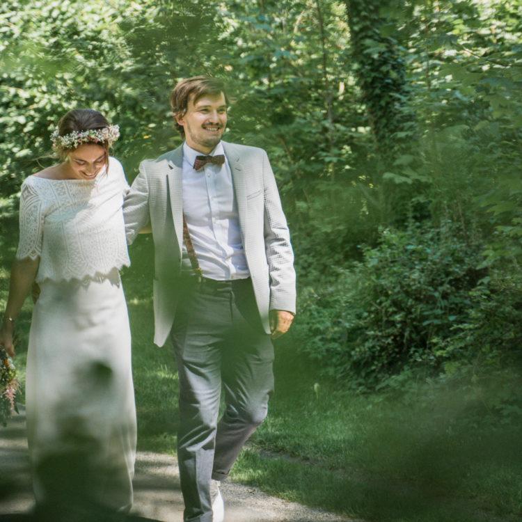 Brautpaar Arm im Arm im Park