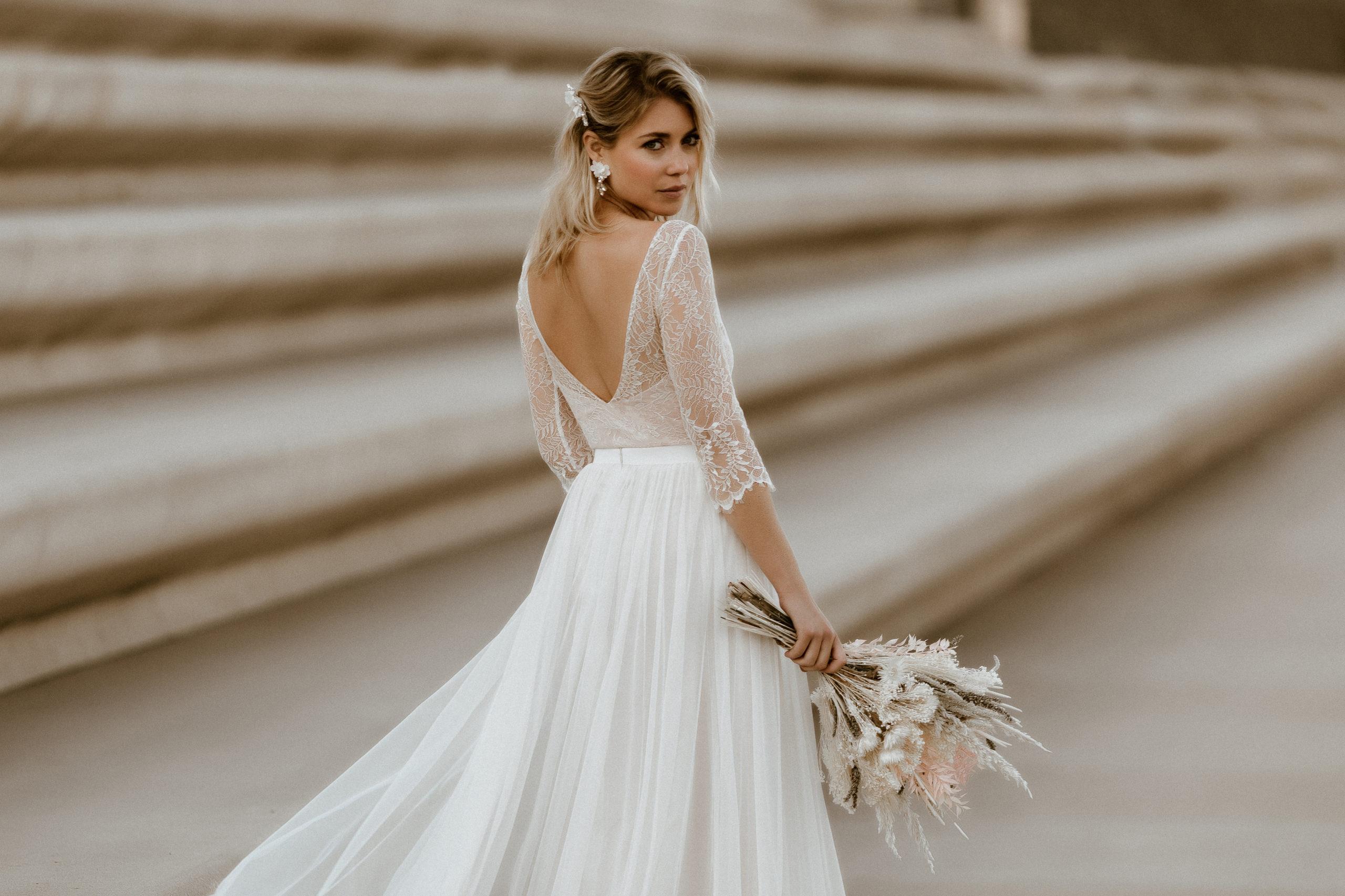 Brautkleider Kollektion 2021. Zweilteiliges Brautkleid aus Brautbody aus Spitze und Tüllrock mit Schleppe.