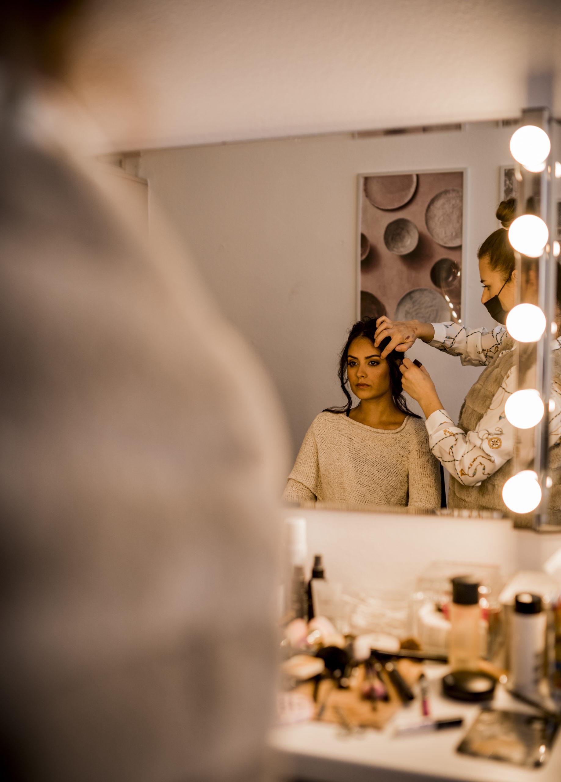noni Brautmode, Styled Shoot, Getting Ready, Model am Schminktisch mit Stylistin